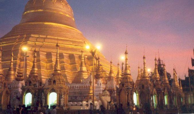 Shwedagon nach Monsun in Abenddämmerung