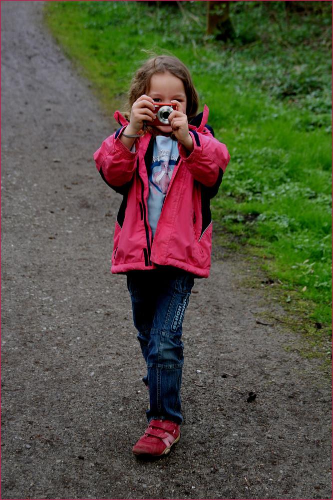 Sie ist ganz fasziniert vom Fotografieren ..............