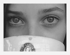...sie trinkt einen milch-kaffee.....