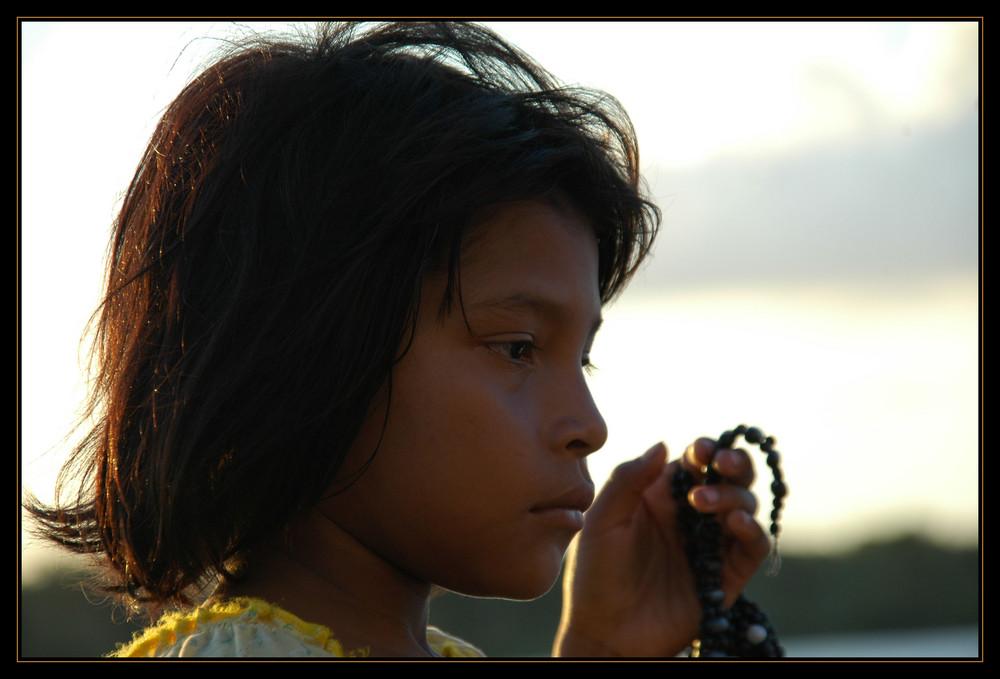 ...sie verkauft Handarbeiten der Warao Indianer am Orinoco in Venezuela