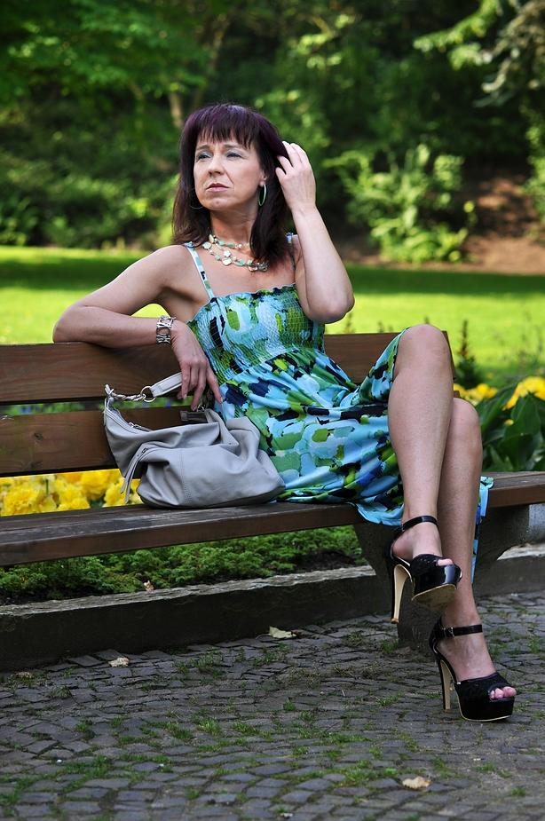 Sie wartet im Park