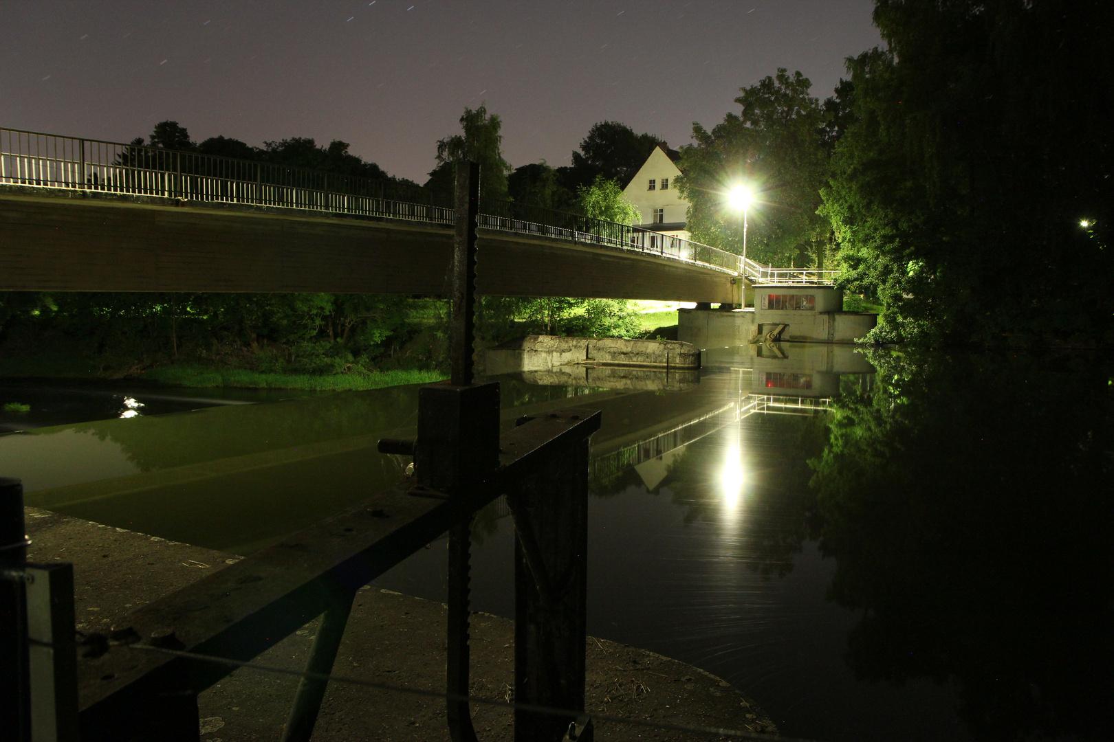 Sielwehr bei Nacht