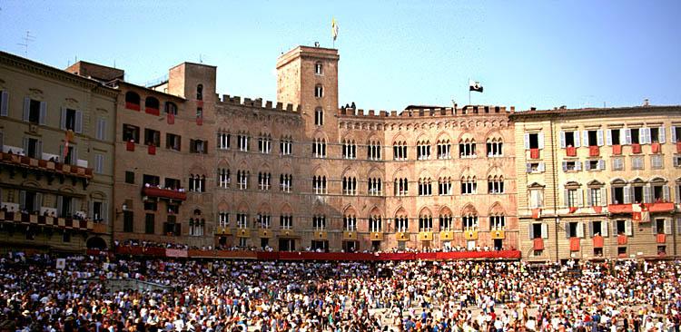 Siena (4) Markt mit Besuchern des Palio