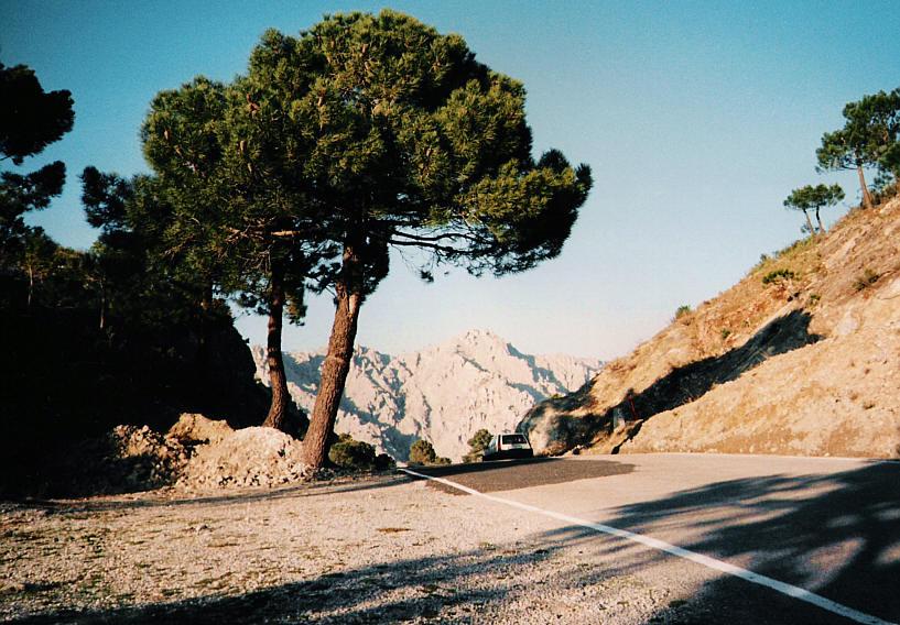 Sierra del Chaparral (Landschaft mit Automobil, 1)