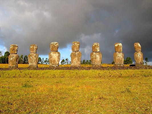 """""""Siete Moais"""" (die sieben Moais) auf dem Ahu Akivi (Osterinsel / Rapa Nui)"""