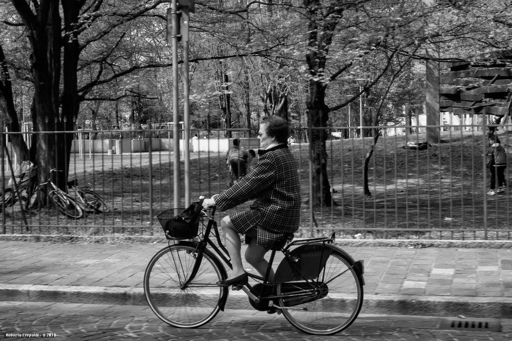 Signora in bicicletta, Vigevano
