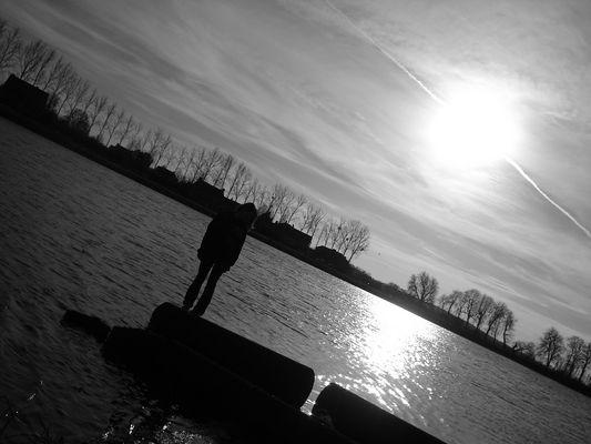 Silhouette au milieu du lac