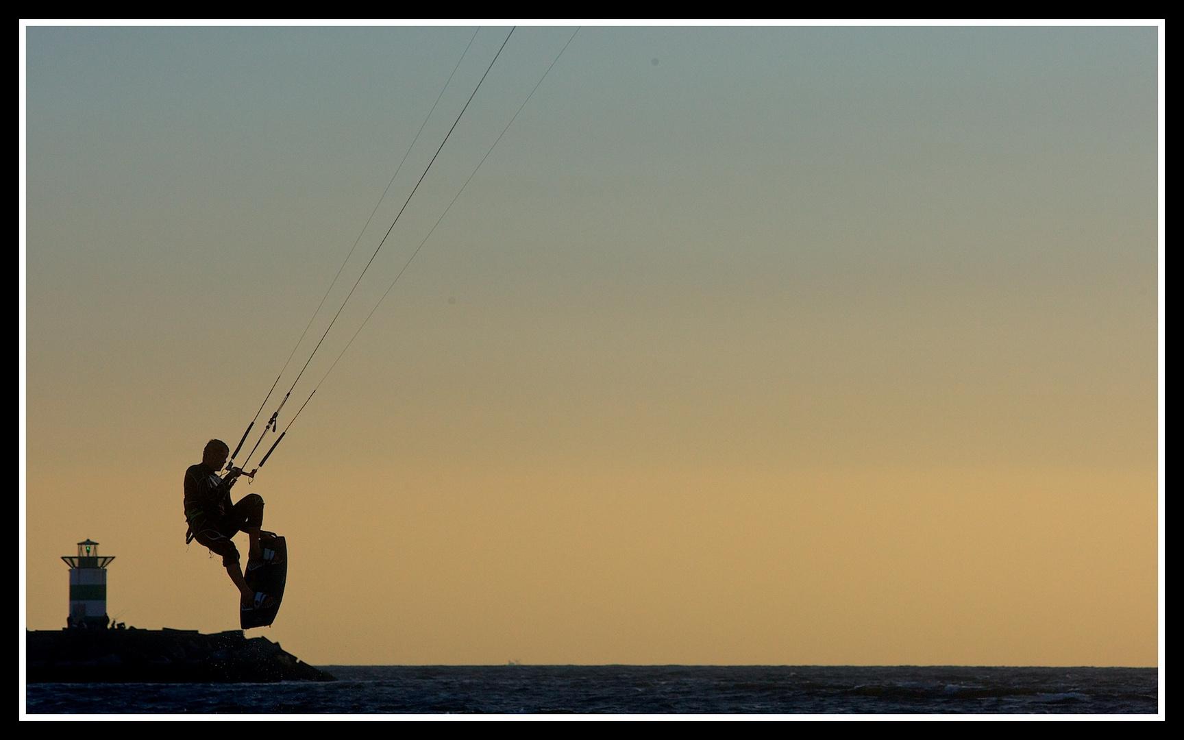Silhouette eines Kitesurfers