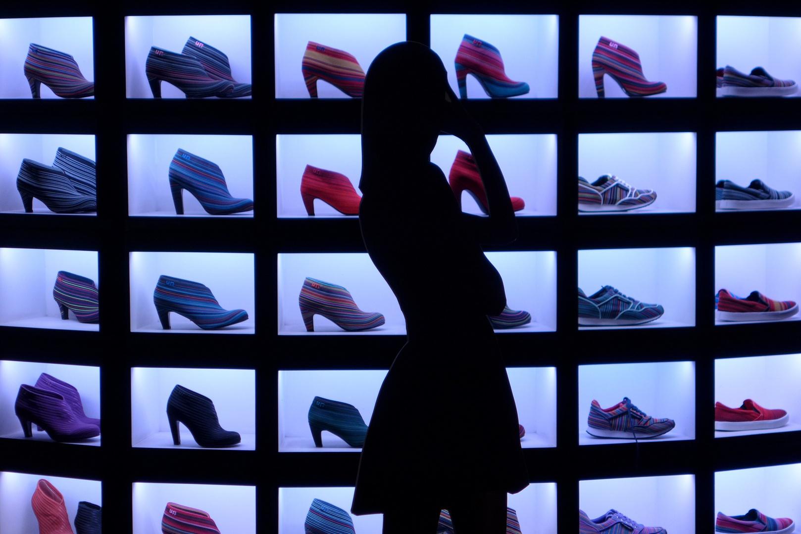 Silhouette im Schuhgeschäft
