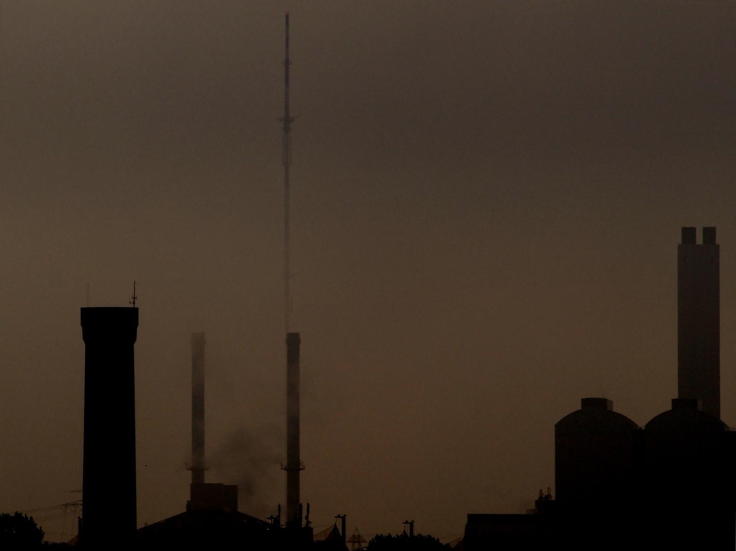Silhouette von Hamburgs Osten im Frühdunst