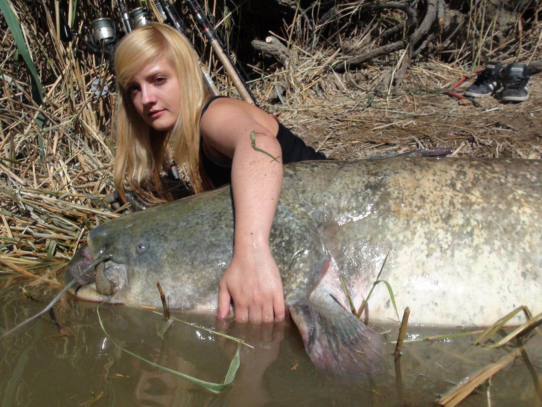 siluro y chica pescadora