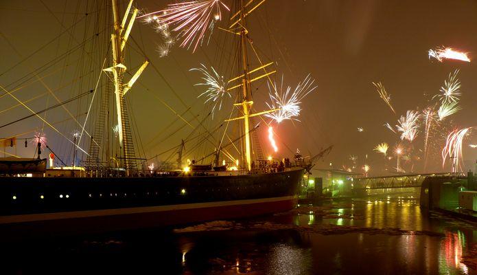Silvesterfeuerwerk an der Rickmer Rickmers im Hamburger Hafen