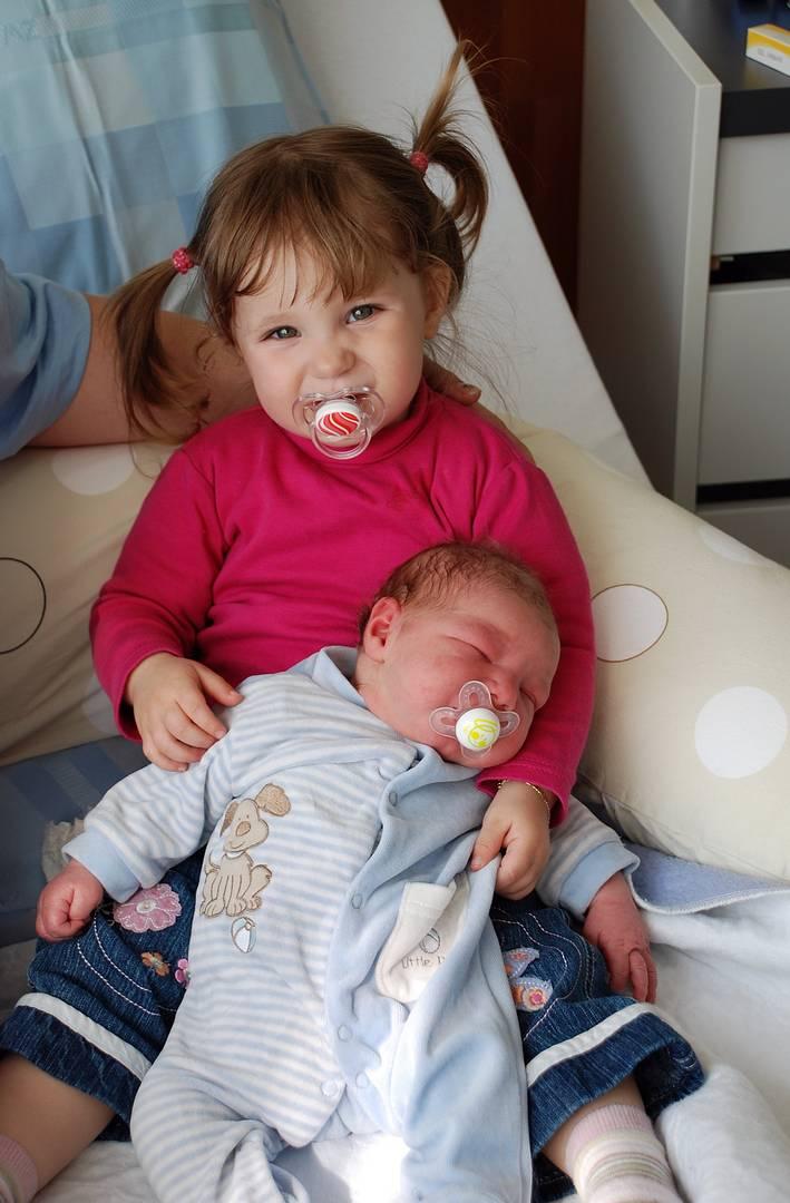 Sina mit seinem Brüderlein Fynn 12.04.10
