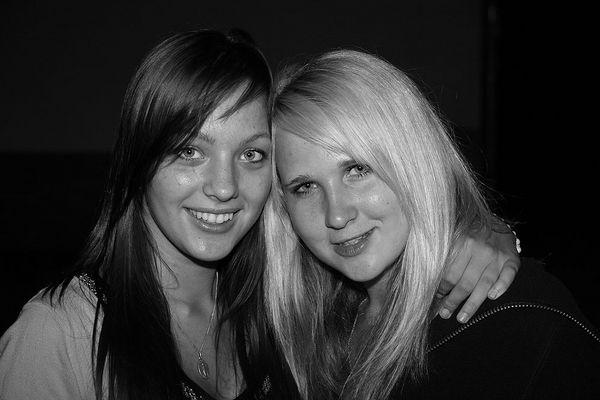 Sindy und ihre Freundin (li.)