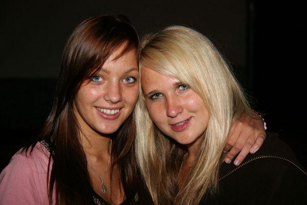 Sindy und ihre Freundin (li.) in Farbe.