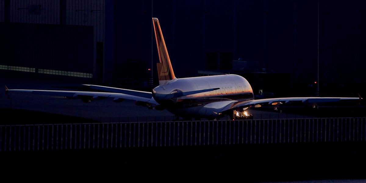 Singapore Airlines kommt aus der Airbushalle