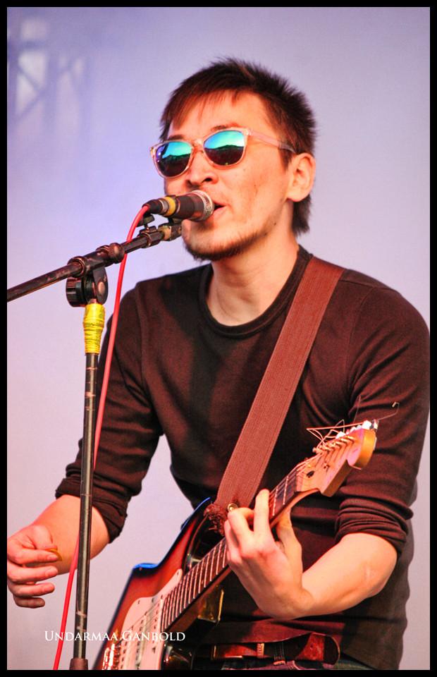 Singer mit barby-Brille