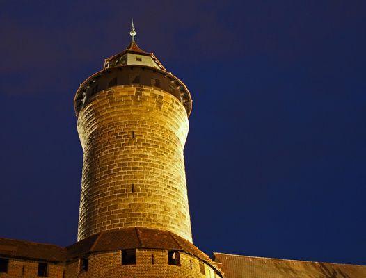 """""""Sinwellturm"""" der Kaiserburg Nürnberg bei Nacht..."""