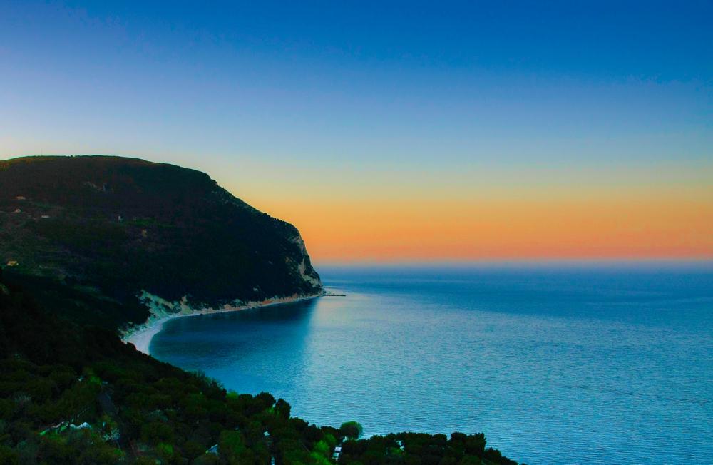 Sirolo il mare al tramonto foto immagini paesaggi for Disegni di paesaggi di mare