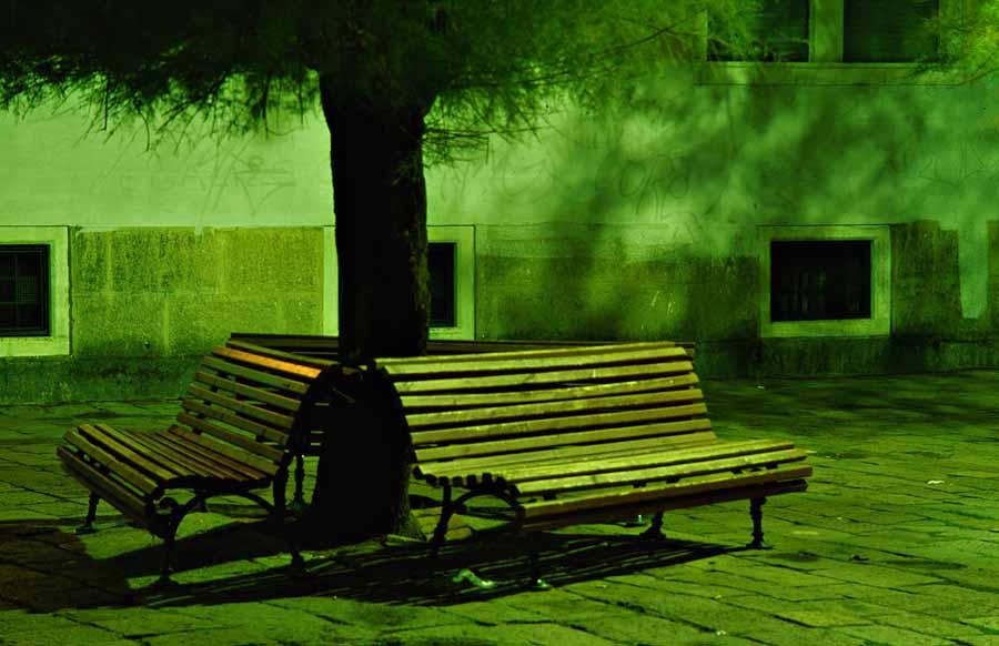 Sitzbänke in der Nacht