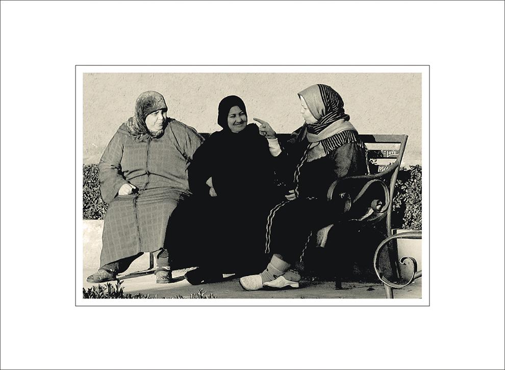 Sitzen drei Frauen zusammen...