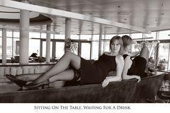 Sitzend auf dem Bar, wartend auf einen Drink