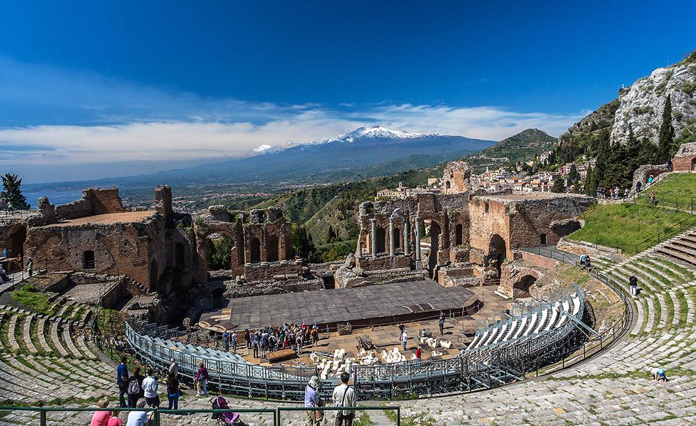 Sizilien 2014 Teatro Greco in Taormina mit Ätna im Hintergrund