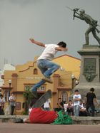 Skaters en Parque Juan Santamaría Alajuela olliedrink