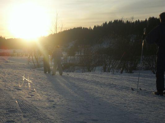 skieurs de fond à la tombée de la nuit aux Rousses