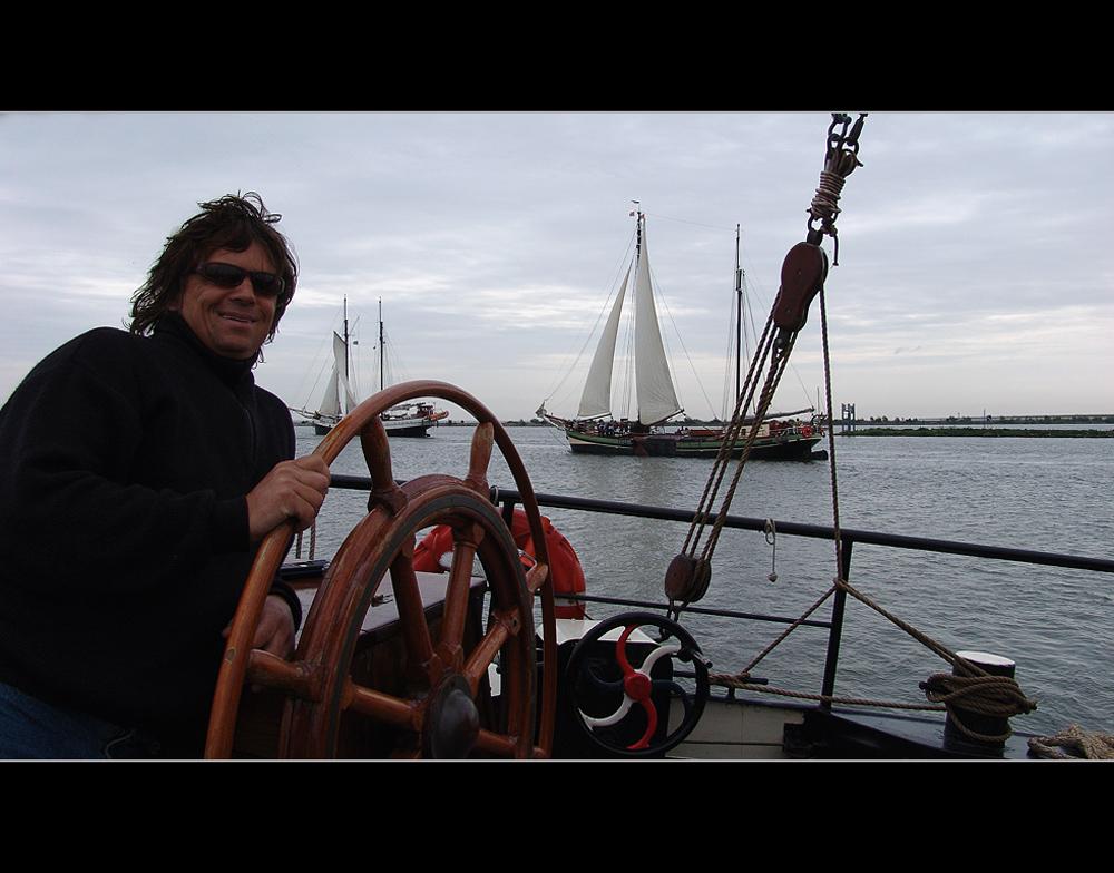 """Skipper """"Ab"""" auf seiner *Nil Desperandum*"""