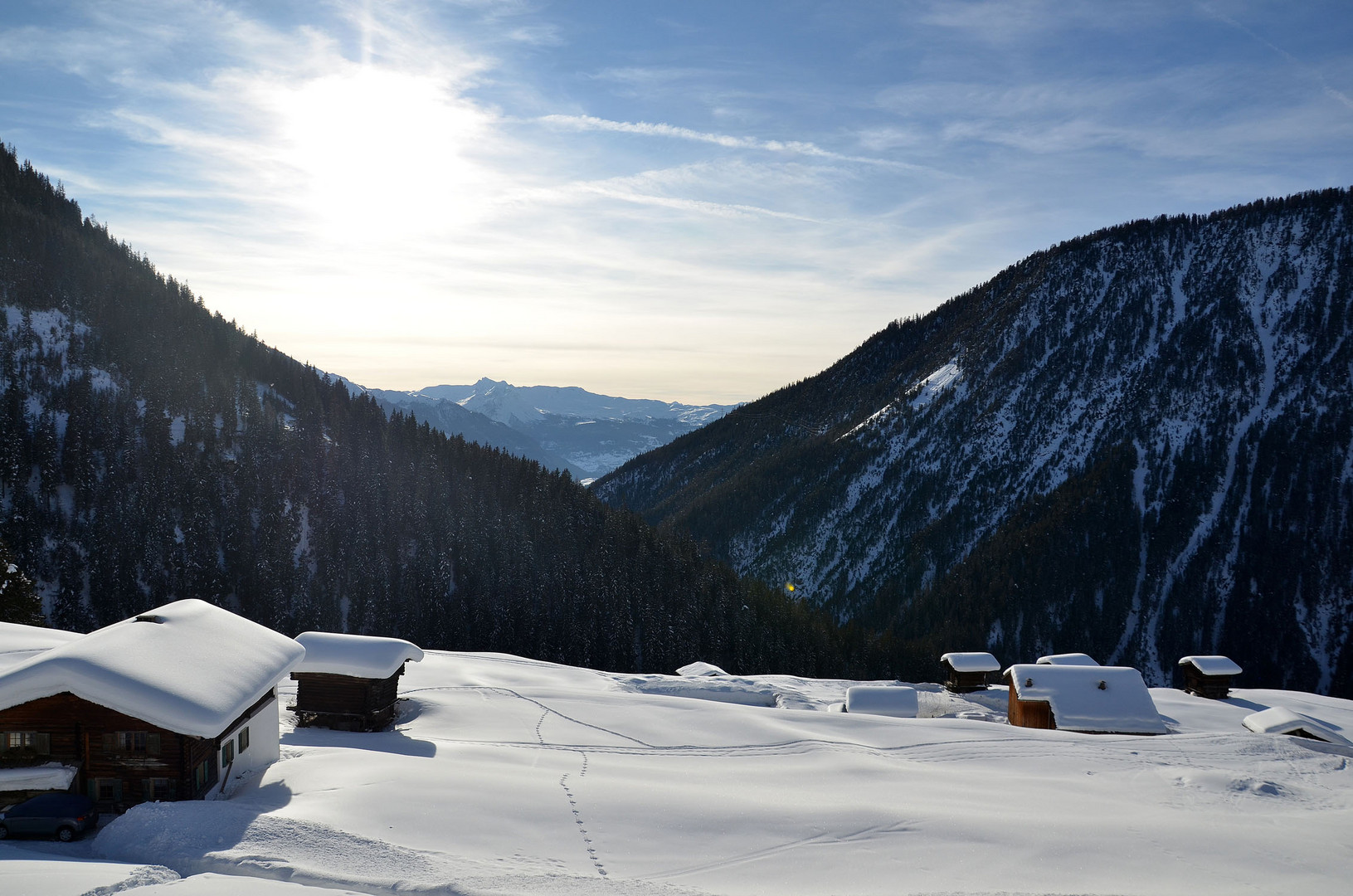 Skitour durch kleines Dorf