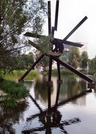 Skulptur am Potsdamer Platz spiegelt sich im Wasser