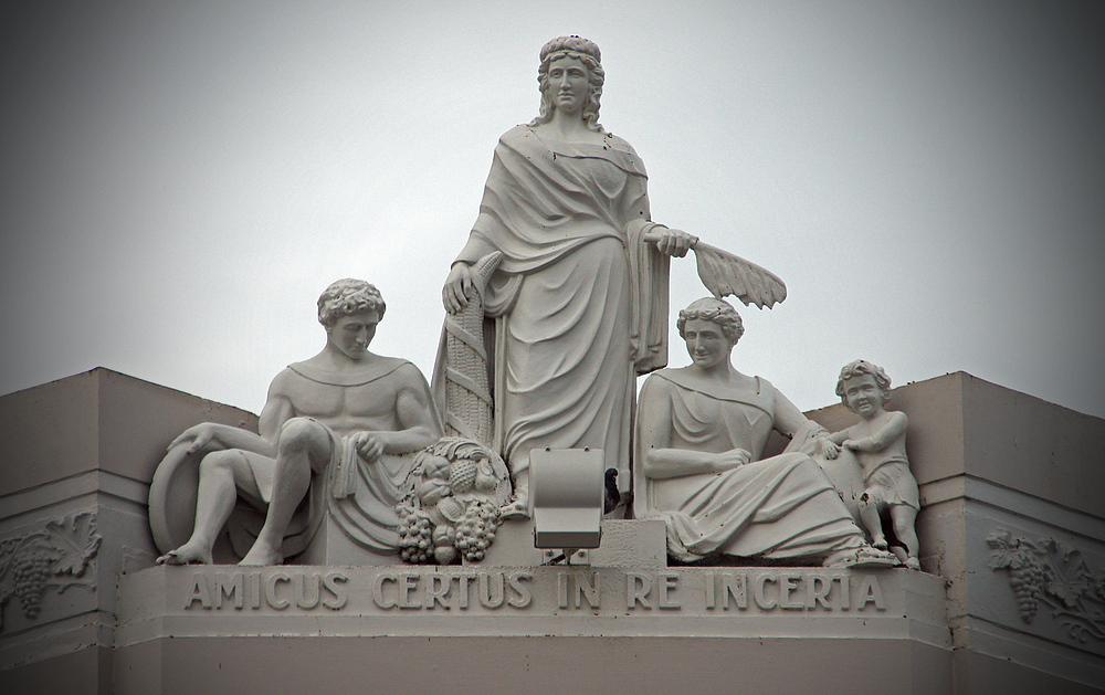 ..Skulptur auf dem Dach..