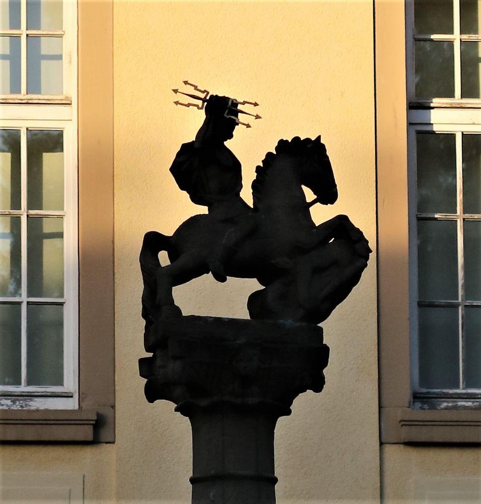 Skulptur auf Säule H-76