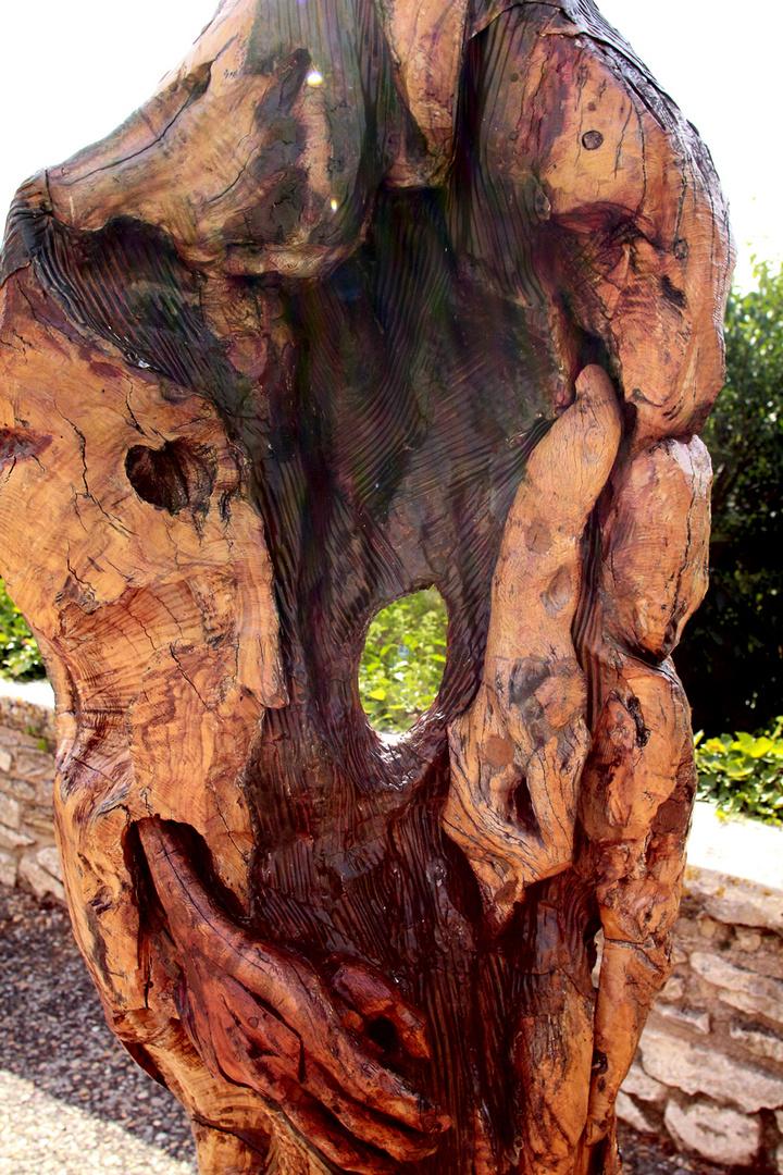 skulptur aus olivenbaumholz