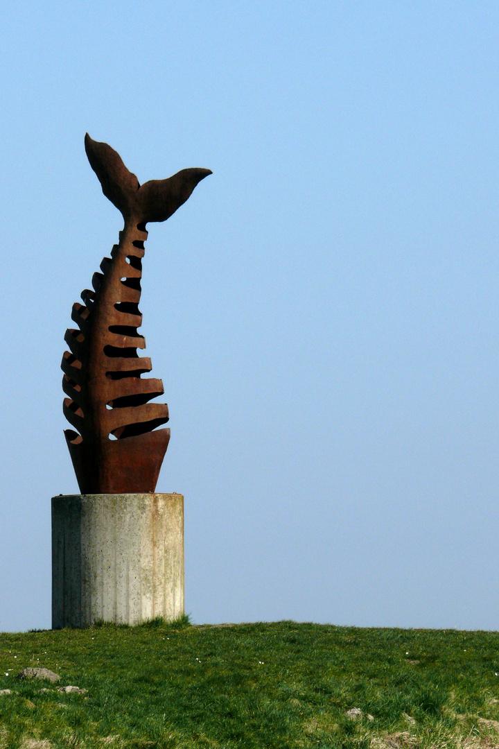 Skulptur eines Walskeletts