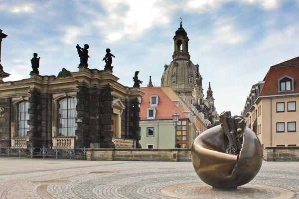 """Skulptur """"Erde und Planeten"""" auf der Brühlschen Terrasse Dresden"""