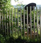 Skulptur hinter Gittern