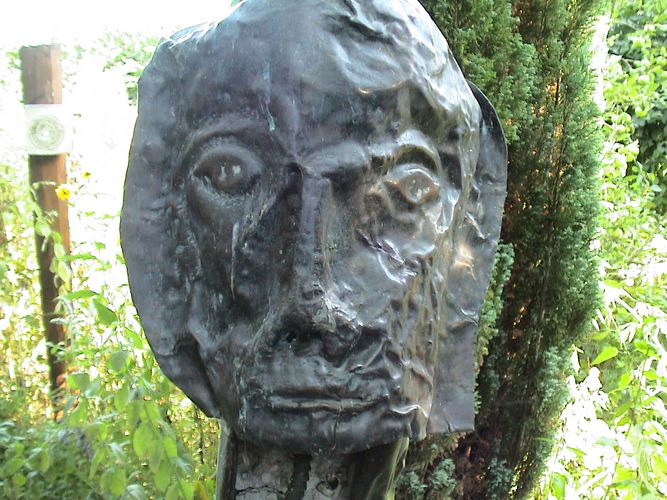 Skulptur in Naturumgebung
