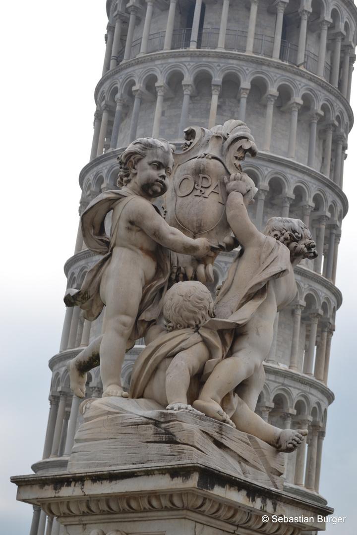 Skulptur in Pisa mit Pisaturm im Hintergrund