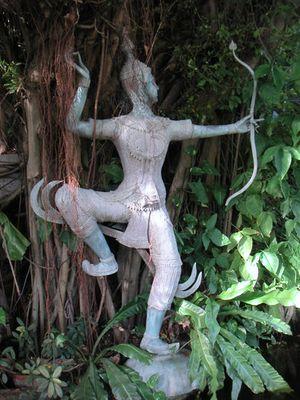 Skulptur vereint mit der Natur