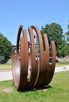 Skulptur vor dem Ludwig Museum in Koblenz, am Deutschen Eck