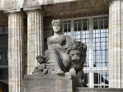 Skulptur vor dem Rathaus in Wuppertal-Barmen