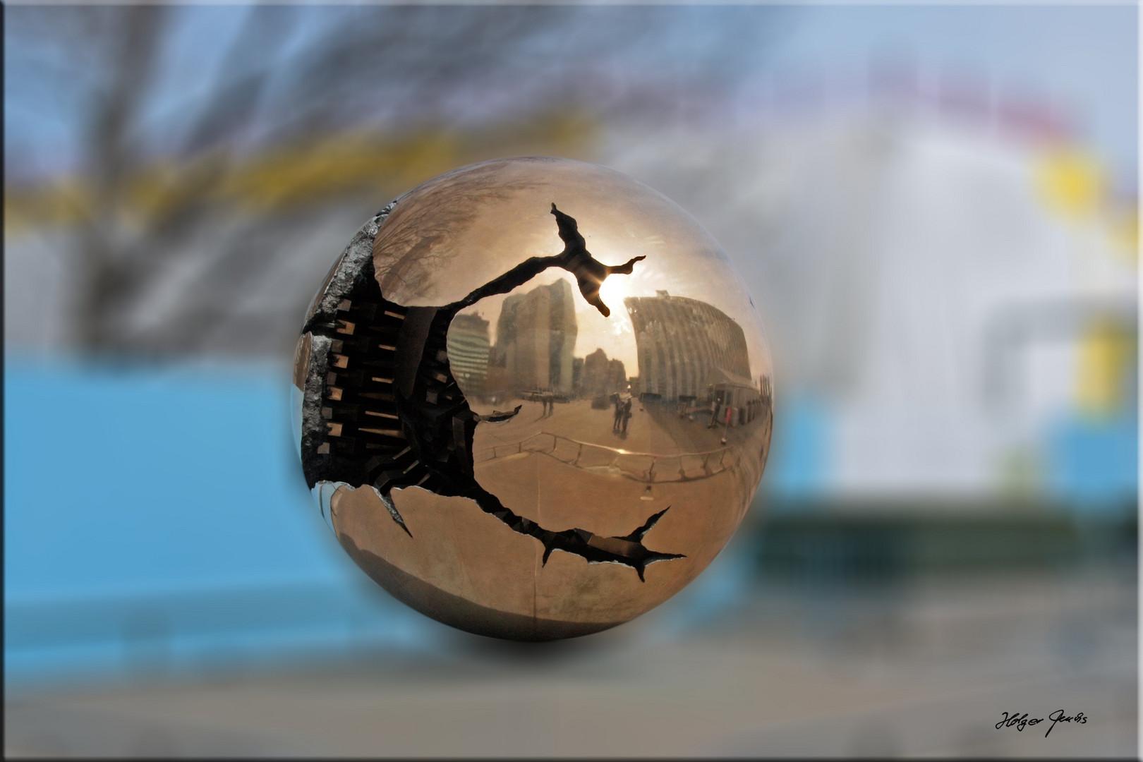 "Skulptur ""Weltkugel"" vor dem Gebäude der UNO in New York"