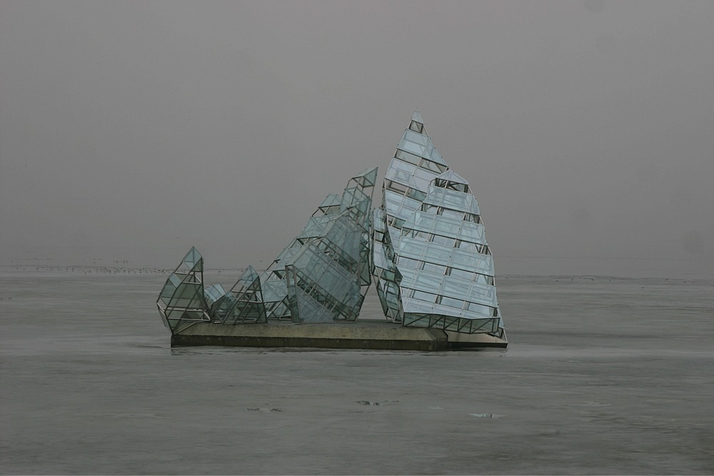 Skulpur im Nebel vor der Oper in Oslo