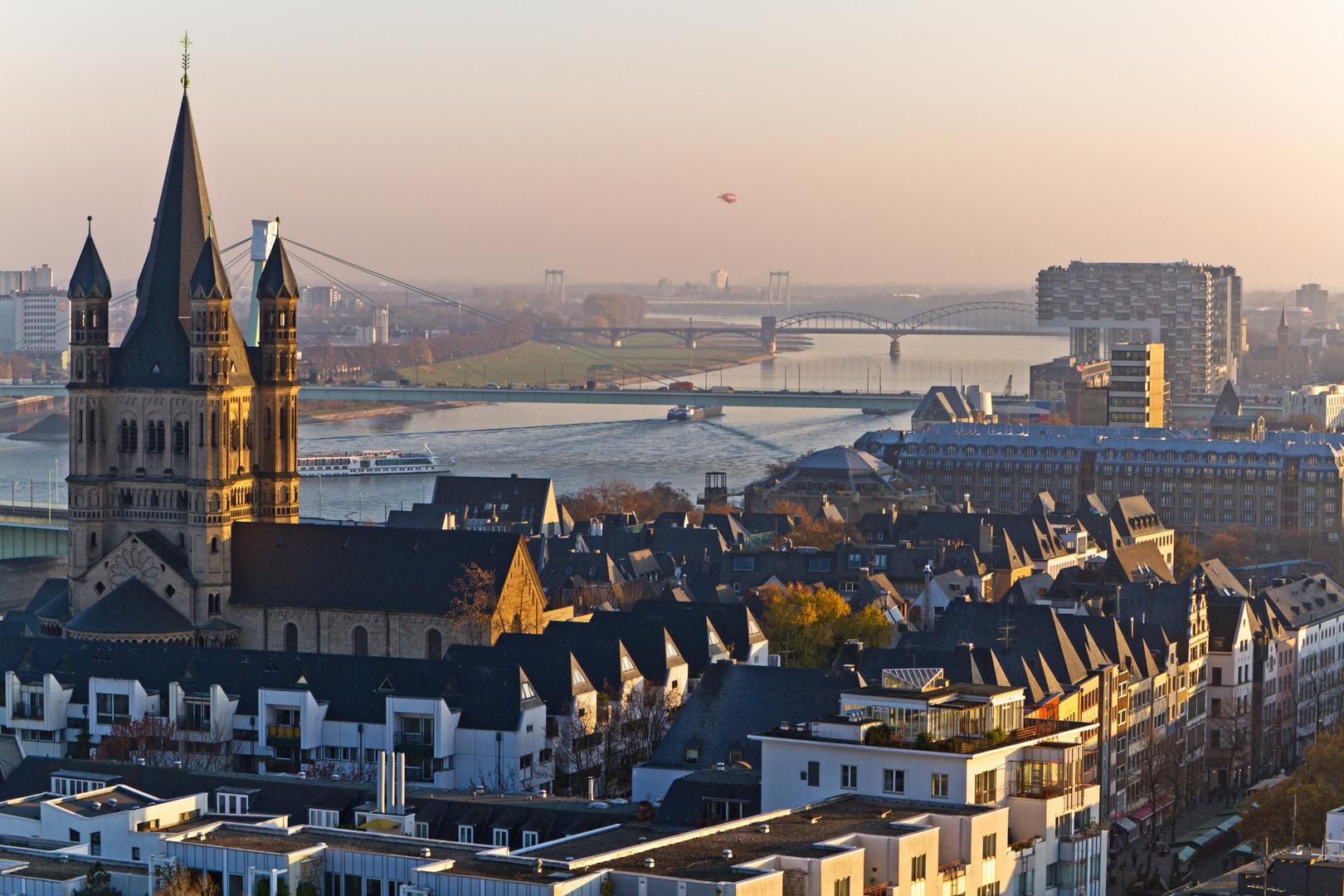 Skyline der Kölner Altstadt und Rheinauhafen