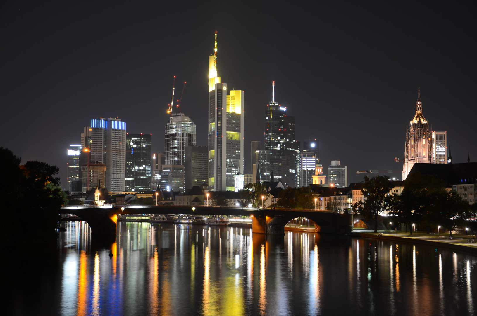 skyline frankfurt bei nacht foto bild architektur stadtlandschaft stadtlandschaften bei. Black Bedroom Furniture Sets. Home Design Ideas