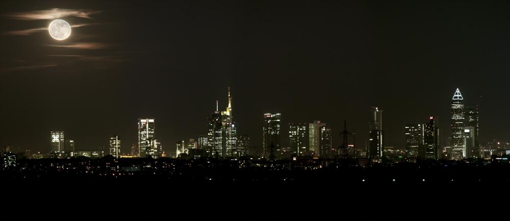 Skyline Frankfurt und Vollmond