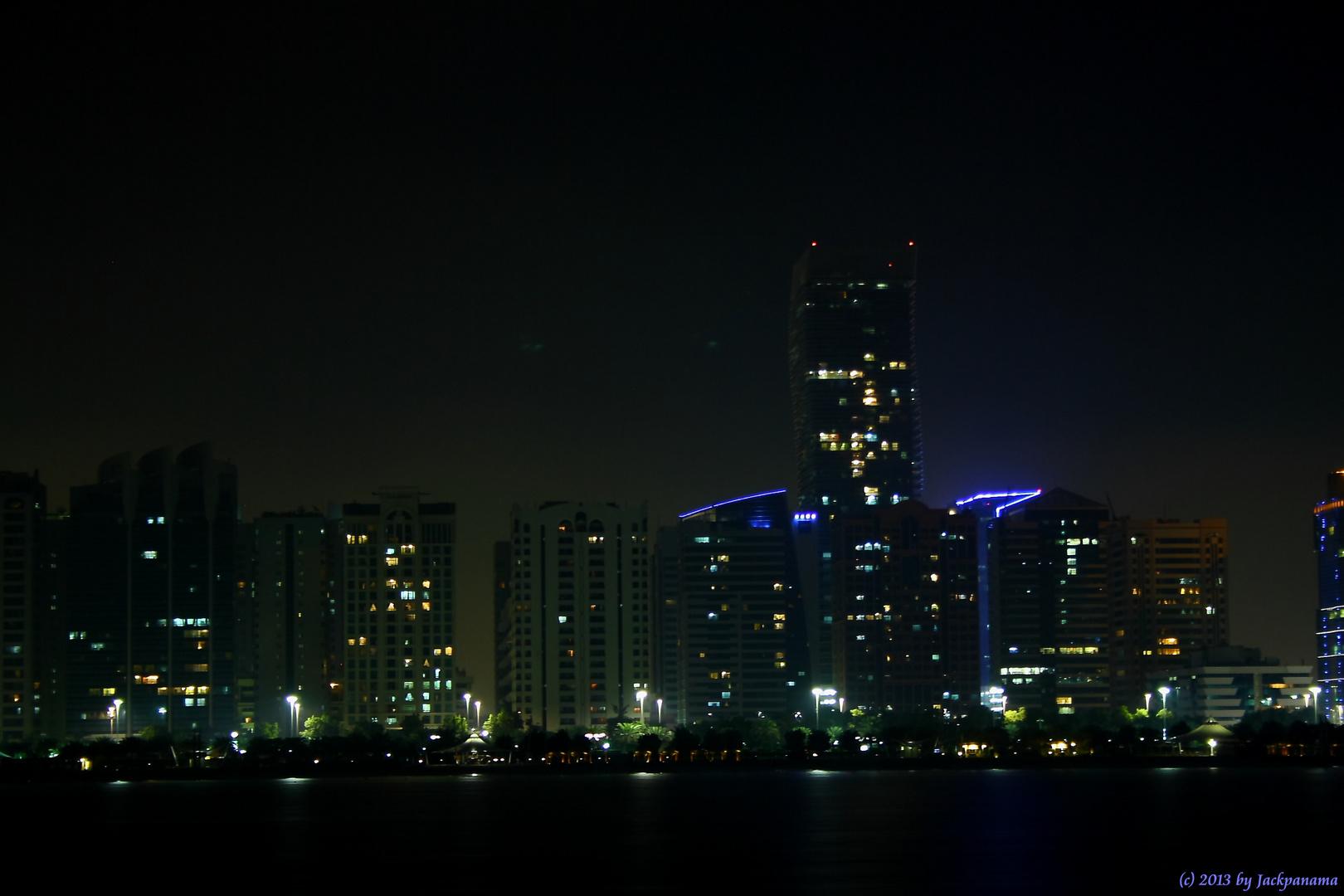 Skyline von Abu Dhabi bei Nacht (3)