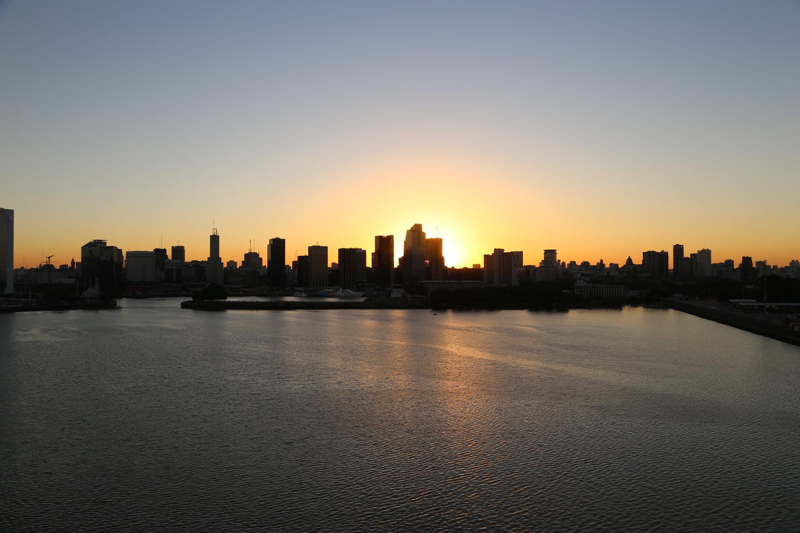 Skyline von Buenos Aires in der Abenddämmerung